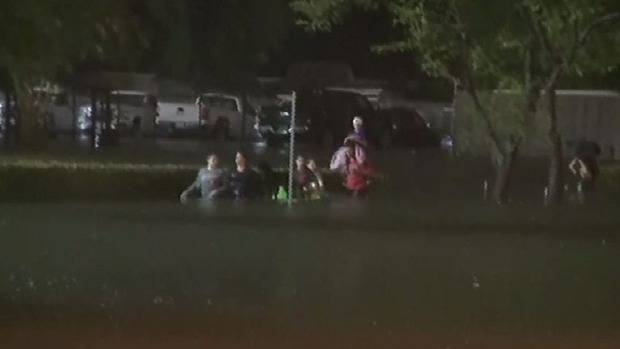 Ordenan evacuación al sur de Houston tras rotura de un dique — Harvey