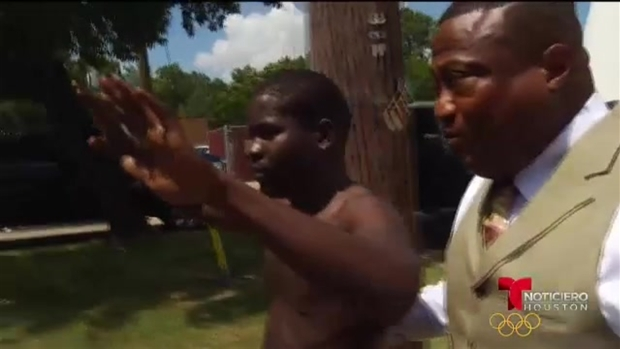 [TLMD - Houston] Se entrega a la ley sospechoso de accidente que mató a oficial