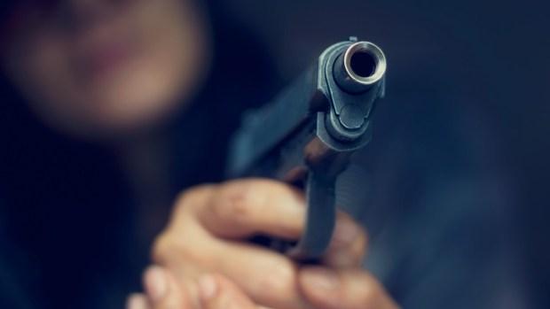 4 claves que te salvarían la vida frente a un atacante armado