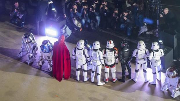 ¡Navidad! Personajes de Star Wars brillan en París