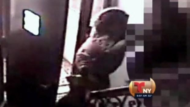 Video: La golpea para robarle su iPhone