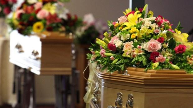 "Video: Vuelve a morir tras ""despertar"" en funeral"