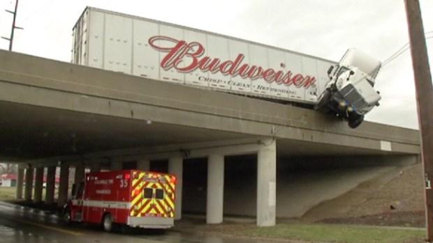 Video: Camión choca y queda colgando
