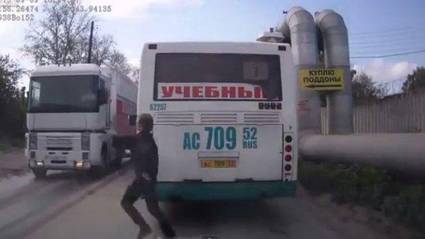 Video: Joven está a un paso de la muerte