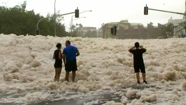 Video: Espectacular invasión de espuma