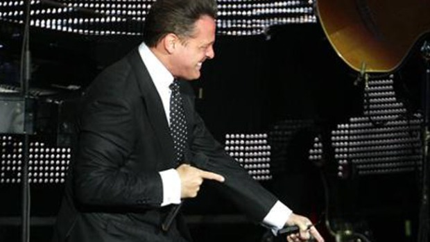 Video: Luis Miguel besa en la boca a fan