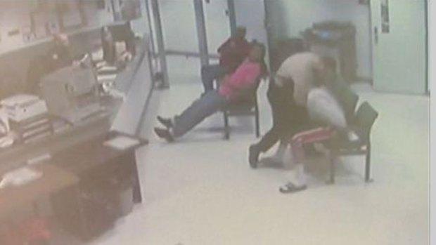 Video: Mira qué hizo tras apalear al preso