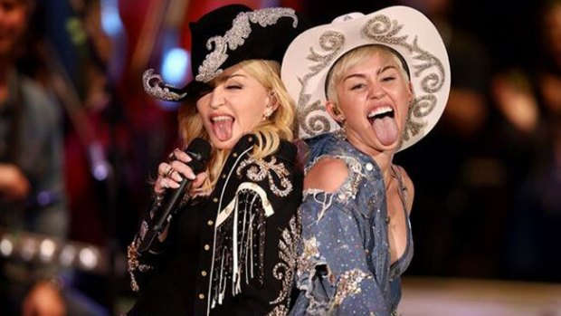 Video: El sexy beso de Madonna a Miley Cyrus