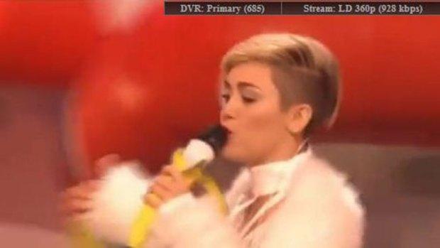 Video: Miley cubre sus pechos con parches