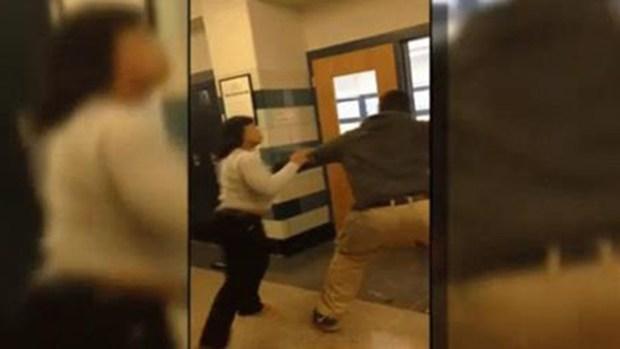 Video: Brutal pelea entre maestra y estudiante