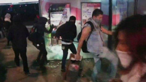 Video: México: vándalos empañan protesta
