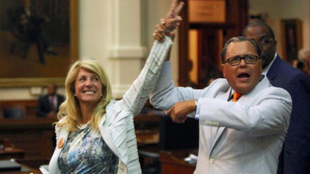 Video: Senadora se convierte en ídolo