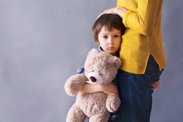 Así recomiendan hablar con sus hijos sobre tiroteos escolares