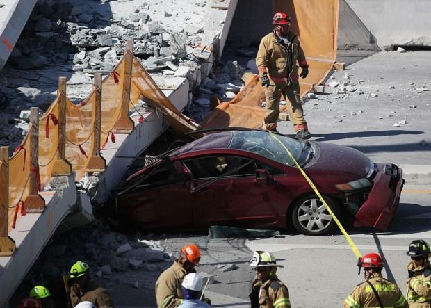 AP: puente peatonal de 950 toneladas cayó cuando los trabajadores ajustaban los cables