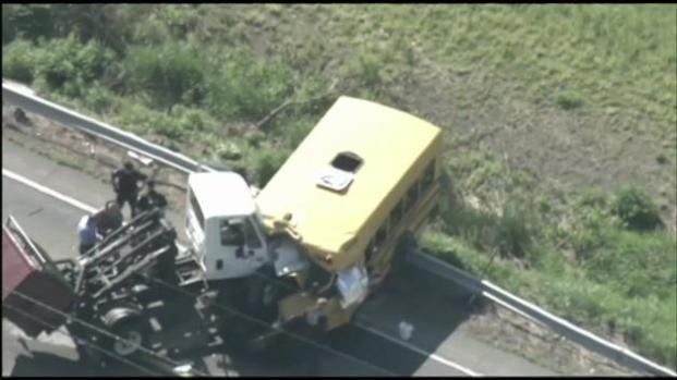 Bus escolar choca contra un camión de basura