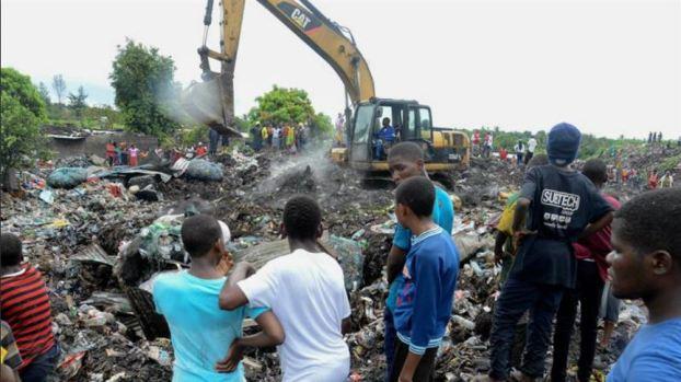 Avalancha de basura sepulta a 17 personas mientras dormían