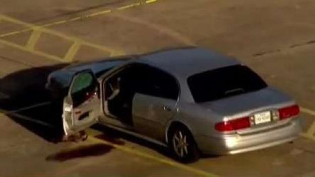 Muere hombre tras ser baleado dentro de un vehículo