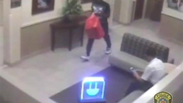 Buscan a falso comprador que robó costosos Nike Air Jordan