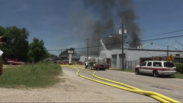 Investigan causa de incendio en bodega de Spring Branch