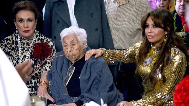 Thalía y Laura Zapata se reencuentran para celebrar los 100 de la abuela}
