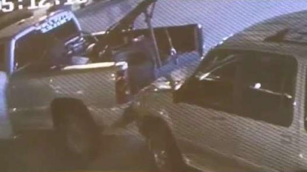 Roban vehículo con grua en estacionamiento de clínica