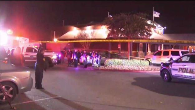 Sospechoso dispara contra familia en Texas Roadhouse