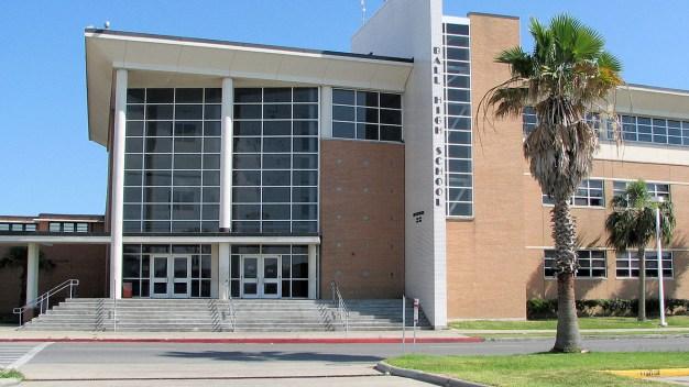 Arrestan a alumno con arma en preparatoria en Galveston