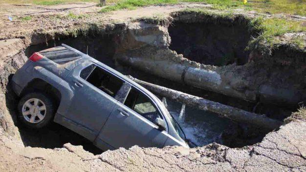 FOTOS: La tierra se traga un auto en Baytown