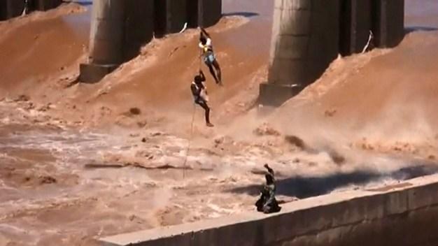 Rescate de película tras peligroso desborde de río