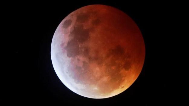 """Maravilla en el cielo: la superluna se """"tiñó"""" de sangre }"""