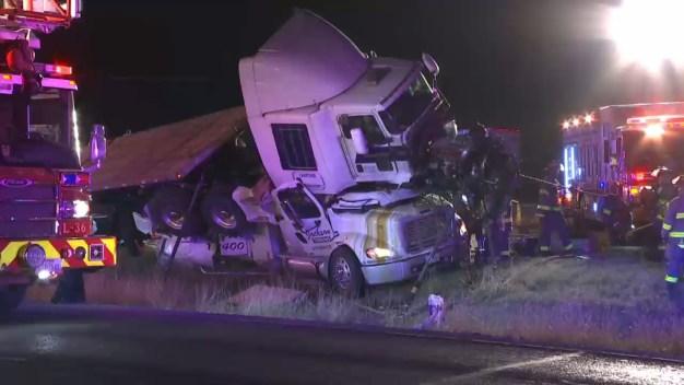 Dramático accidente: tráiler aplasta grúa en plena autopista