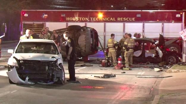 Se pasa luz roja y provoca 2 muertes al oeste de Houston