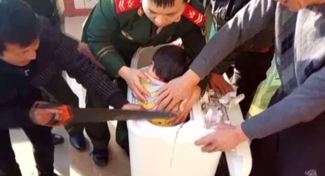 [TLMD - NATL] Dramático rescate de niña atascada en lavadora