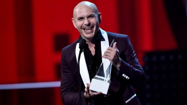 Pitbull recibe premio especial y lo dedica a una maestra