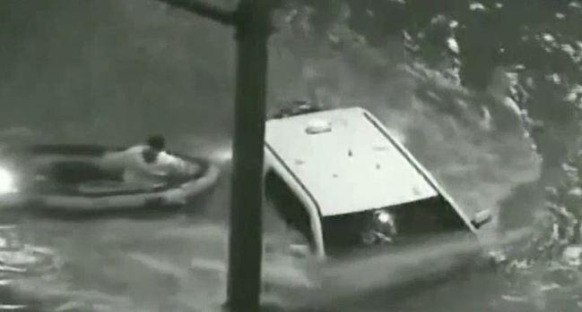 Peligroso rescate de atrapado en un auto