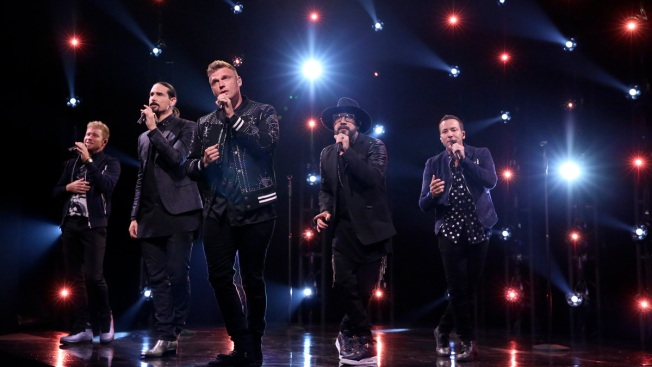 """Fans heridos tras derrumbe fuera de concierto de """"Backstreet Boys"""""""