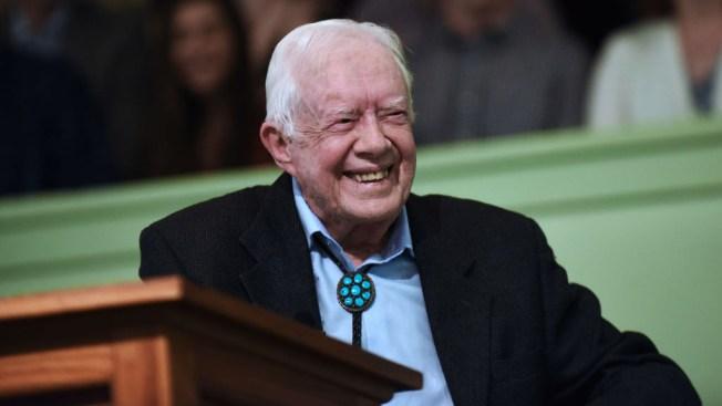 """El expresidente Jimmy Carter está """"despierto y caminando"""""""