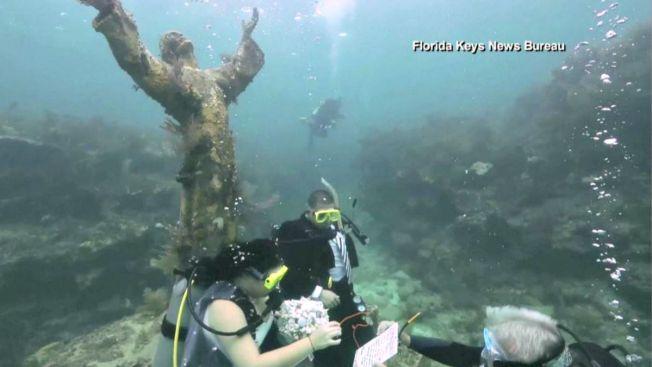 En el fondo se aman...mira su boda submarina