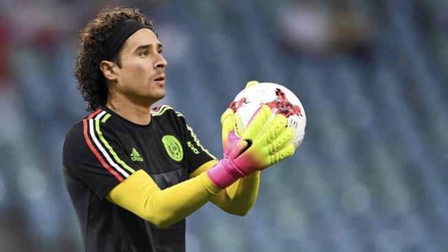Gullermo Ochoa presentado con el Standard de Lieja