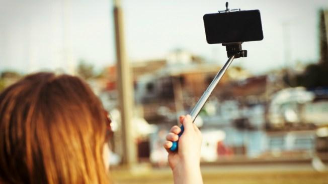 "Muere al caer rayo en su ""selfie stick"""