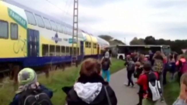 Captado en cámara: choque de tren y bus escolar