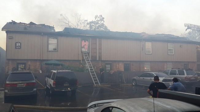 Intenso incendio al noroeste de Houston