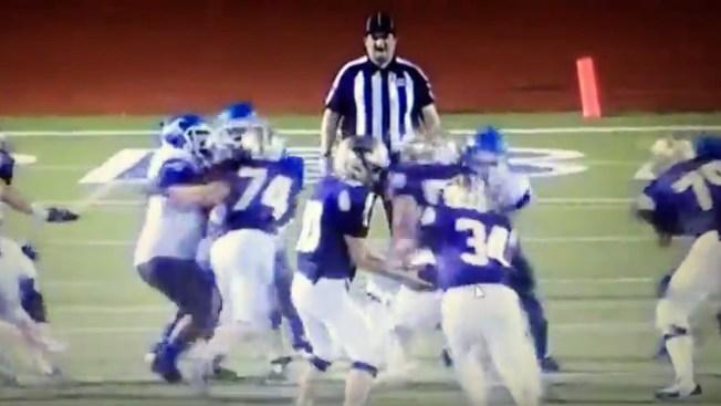 En video: jugadores embisten a árbitro