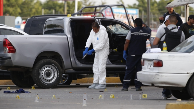Policías enfrentan a balazos a delincuentes; 5 muertos