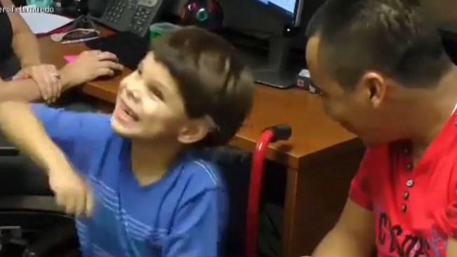 Niño se emociona al escuchar por primera vez