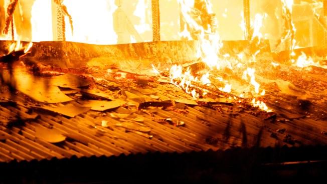 Niño muere al perseguir a su padre hacia incendio