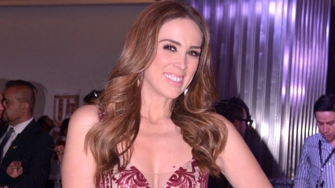 Jacqueline Bracamontes firma contrato con Telemundo