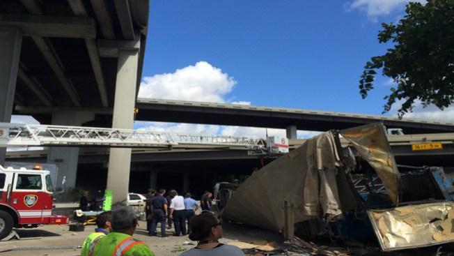 Cae camión de puente sobre la US 59