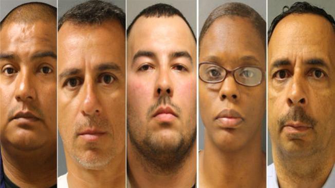 Policías acusados de cobrar doble paga