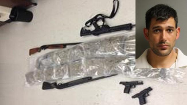 Confiscan armas, droga y efectivo